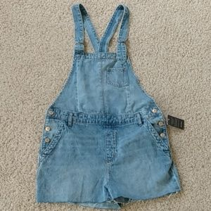 Adorable overall Jean shorts!!!😍😍😍